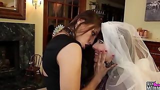 SEXYMOMMA - Teen vixen orgasms while getting dyke treatment